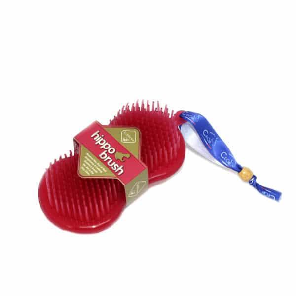 Le parfait accessoire deux-en-un, mélange entre une éponge et une brosse. Combine une brosse à poils doux mais efficace d'un côté avec une gomme en caoutchouc agréable sur l'autre.
